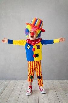 Clown drôle d'enfant. enfant jouant à la maison.