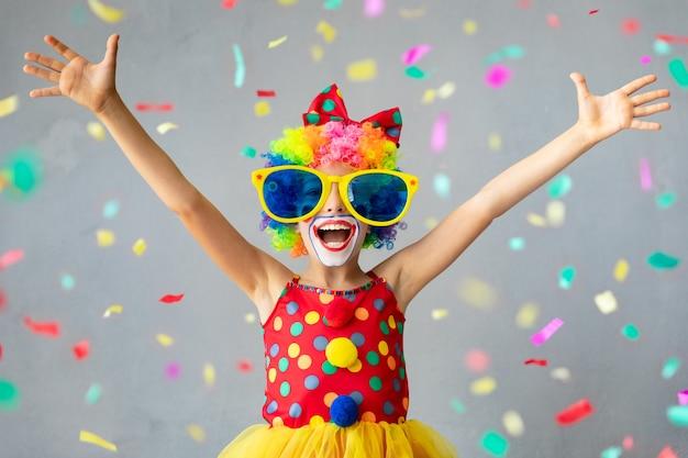 Clown drôle d'enfant. heureux enfant jouant à la maison. concept du 1er avril fool's day