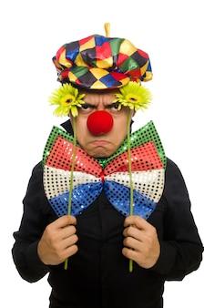 Clown drôle avec des fleurs isolées sur blanc