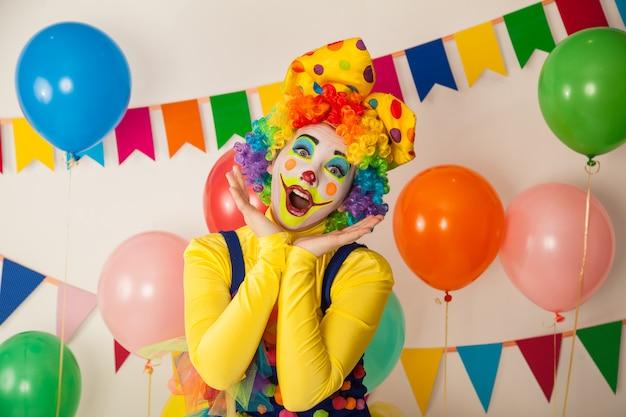Clown drôle lors d'une fête colorée