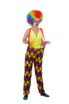 Clown drôle en vêtements colorés, debout sur fond blanc