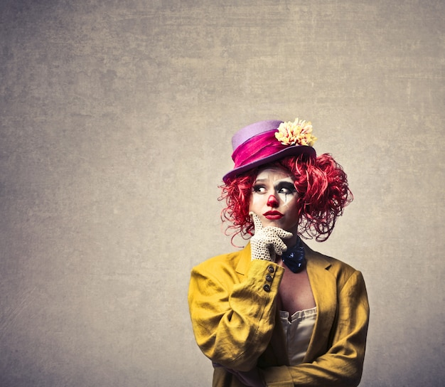 Clown féminin se demandant
