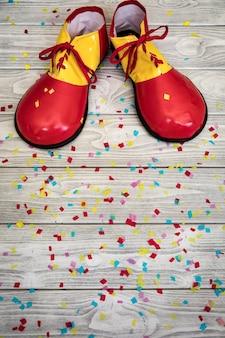 Clown grandes chaussures drôles. concept du 1er avril fool's day