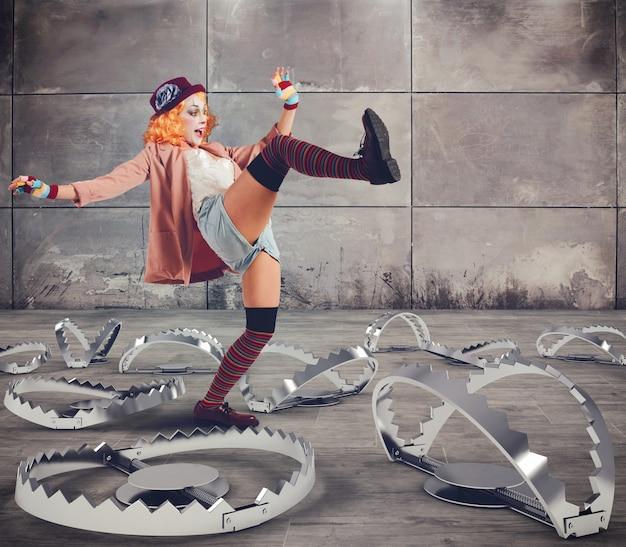 Clown marche avec des compétences entre de grands pièges