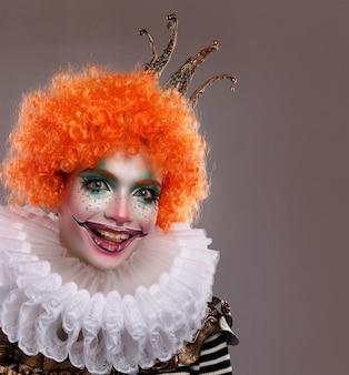 Clown mignon aux cheveux roux.