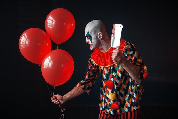 Clown sanglant effrayant se faufilant dans le sous-sol