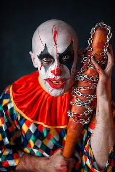 Clown sanglant fou avec batte de baseball