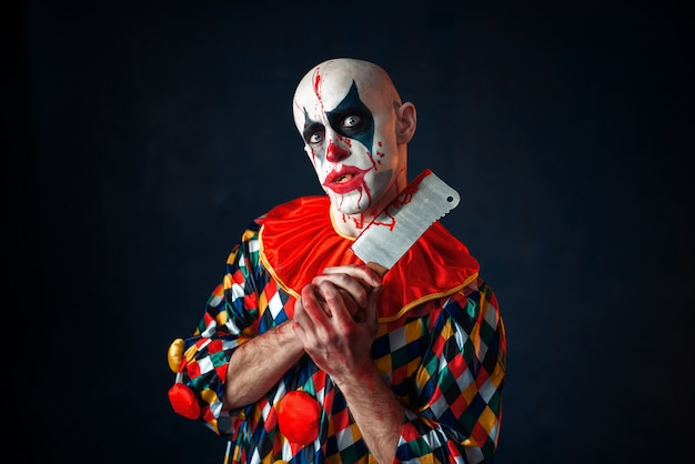 Clown sanglant fou avec couperet à viande, horreur de cirque
