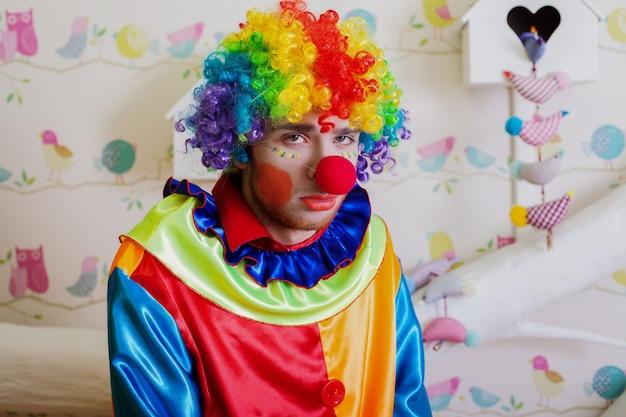 Clown solitaire bouleversé.