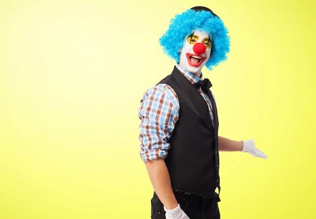 Clown sourire invitant à entrer
