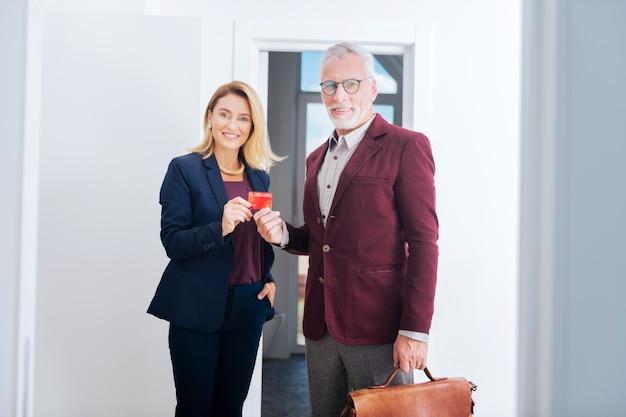 Club financier. agent immobilier aux cheveux blonds invitant son ami prospère influent à rejoindre leur club financier