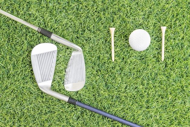 Club de golf et balle de golf sur l'herbe verte