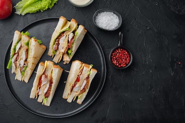 Club sandwich classique avec de la viande, sur fond noir