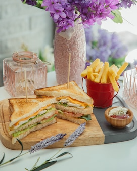 Club sandwich avec des frites