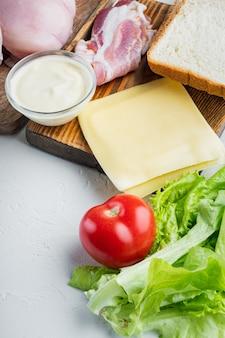Club sandwich avec des ingrédients frais, sur fond blanc avec espace de copie pour le texte
