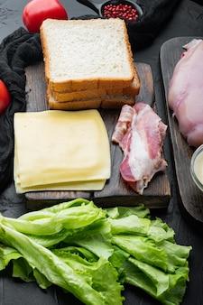 Club sandwich avec des ingrédients frais, sur fond noir