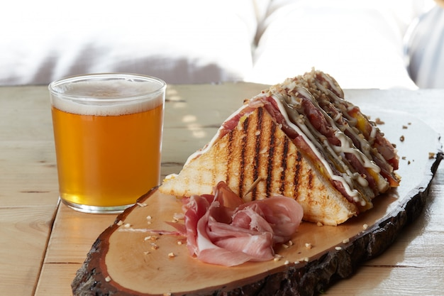 Club sandwich sur plateau en bois