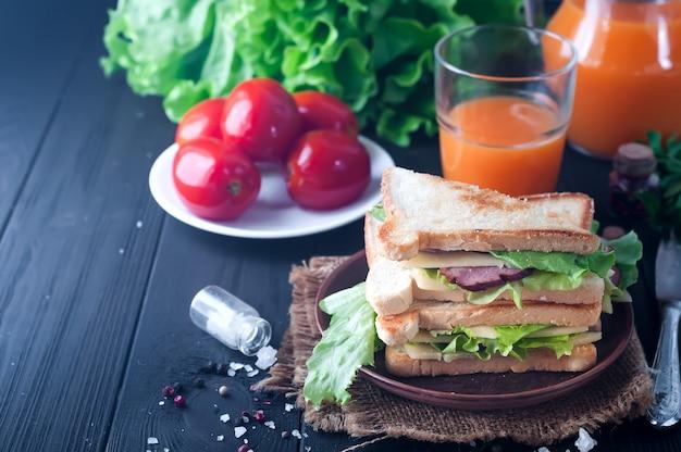 Club sandwiches sur fond de bois
