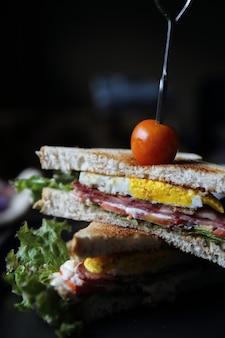 Club sandwichs sur fond de bois avec lumière mystique