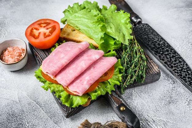 Club sandwichs traditionnels avec jambon de dinde, fromage, tomates et laitue