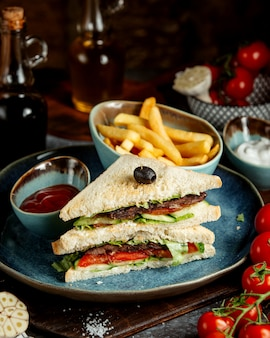 Club sanwich avec frites et ketchup