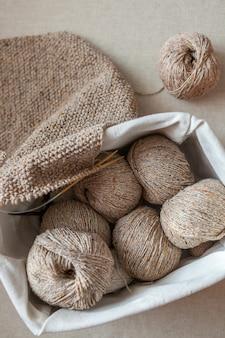 Clubs de laine et une écharpe crochetée dans un panier. vue de dessus, mise au point sélective.