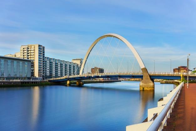 Le clyde arc bridge ou le squinty bridge traversant la rivière clyde à glasgow , ecosse , royaume-uni