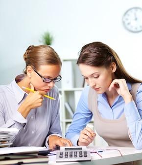 Co-travailleurs avec rapport financier