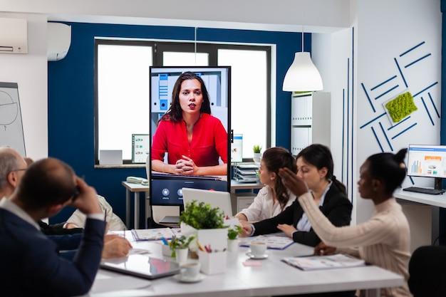 Coach d'écoute d'une équipe multiculturelle dans une entreprise financière lors d'une formation virtuelle en ligne
