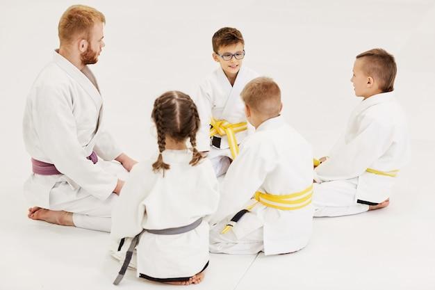 Coach enseignant les jeunes judo