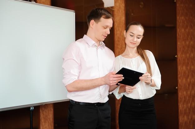 Coach en entreprise organisant une formation pour le personnel en poste.