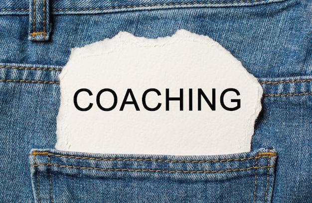 Coaching sur un mur de papier déchiré sur un jean