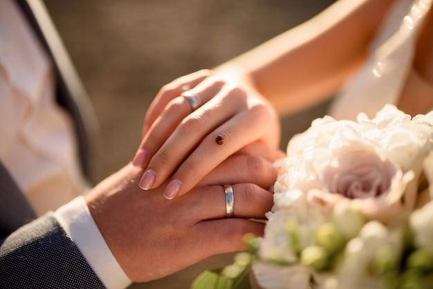 Coccinelle était assise sur la main de la mariée. photo en gros plan.