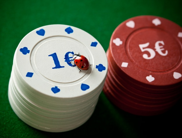 Coccinelles avec des jetons de poker