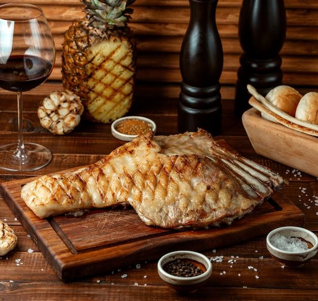 Cochon frit sur la table