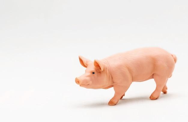 Cochon jouet en plastique réaliste isolé sur une surface blanche
