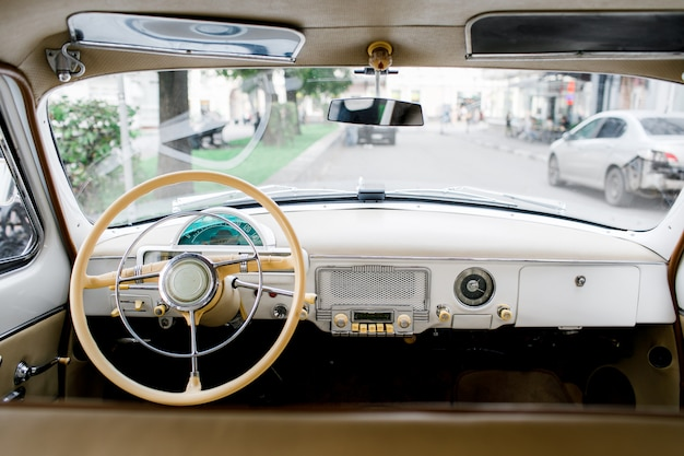 Cockpit du conducteur d'une voiture classique. intérieur de la vieille voiture