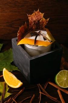 Cocktail d'agrumes d'automne dans une boîte en pierre sur la table au restaurant