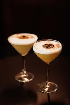 Cocktail d'alcool de fruits à base de citron vert, menthe, orange, soda et alcool