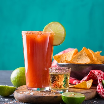 Cocktail d'alcool mexicain chavela servi avec shot de tequila