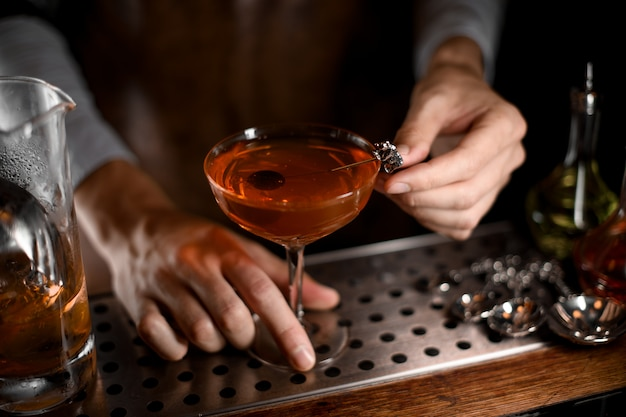 Cocktail d'alcool avec olive à l'intérieur