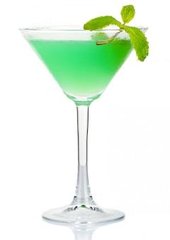 Cocktail d'alcool vert avec des feuilles de menthe fraîche isolé on white