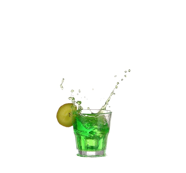 Cocktail d'alcool vert avec splash et citron vert isolé sur blanc