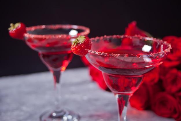 Cocktail alcoolique exotique rouge