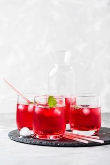 Cocktail alcoolique rouge avec glace et menthe