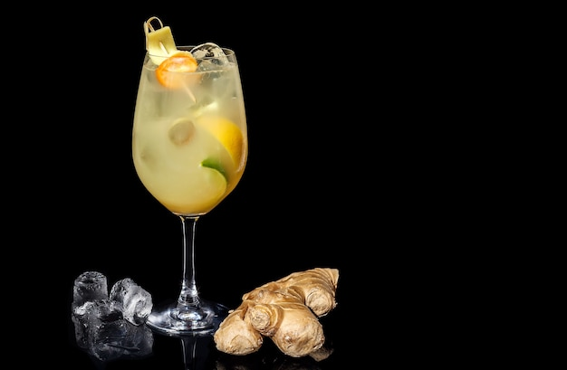 Cocktail alcoolisé au gingembre citron vert et orange sur fond noir
