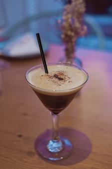 Cocktail alcoolisé à base de café et de vodka