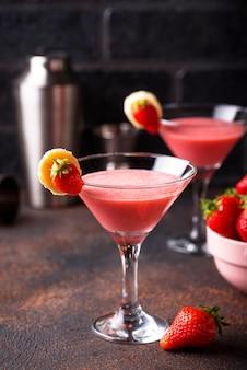Cocktail alcoolisé à la fraise d'été