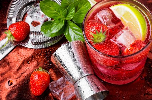 Cocktail alcoolisé à la fraise