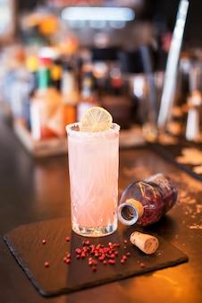 Cocktail alcoolisé glacé à la grenade
